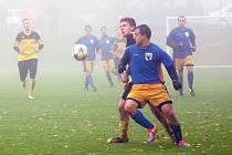 Derby dvou nejlepších týmů I. B třídy přineslo v Moravci nečekaný výsledek. I díky dvěma gólům Šoukala (vpředu) se radoval hostující Měřín a stáhl svou ztrátu na lídra.