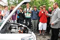 Studenty žďárské průmyslovky čekala po přednášce také praktická ukázka elektromobilu.