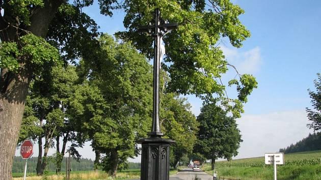 Litinový kříž stojí u Křídel na Novoměstsku.