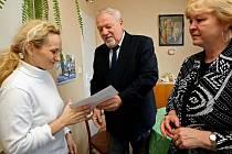 Blanka Salašová z Velkého Meziříčí (vlevo) včera obdržela od představitelů meziříčské společnosti Jednota Jiřího Batelky a Jarmily Mahelové deset tisíc korun. Peníze půjdou na vytvoření bezpečného zázemí pro jejího nemocného syna Miloslava.