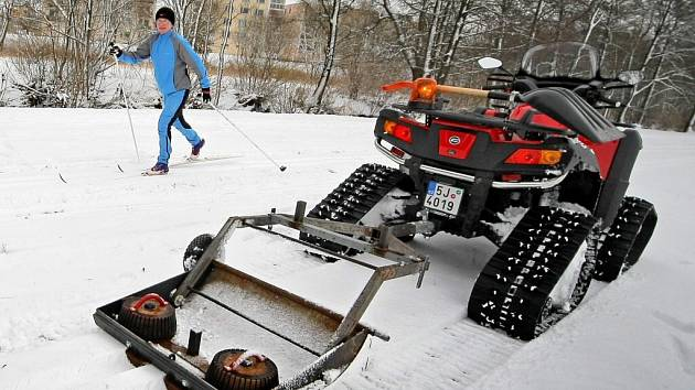 Několik kilometrů strojově upravených tratí mají od znovu k dispozici běžkaři na Žďársku. Na zhruba deseticentimetrové vrstvě sněhu vznikl okruh u Pilské nádrže ve Žďáru nad Sázavou a jeho okolí.