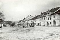Z historie Žďáru nad Sázavou. Zaniklá řada domků na náměstí Republiky.