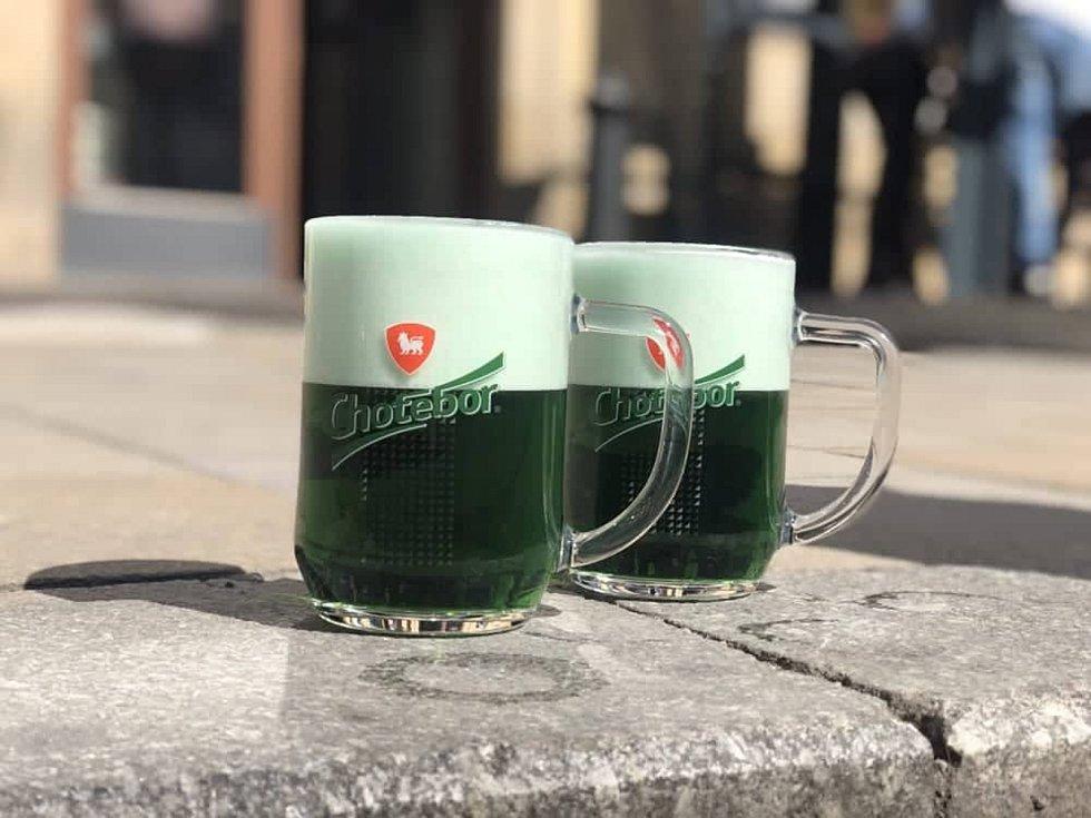 Zelené pivo se stalo fenoménem. Tuto tradici dodržuje mnoho domácností.