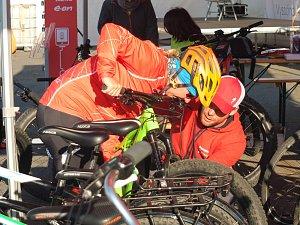 Peloton cyklistů na elektrokolech
