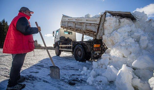 Ve Vysočina Areně úřaduje těžká technika. Auta rozváží sníh na tratě