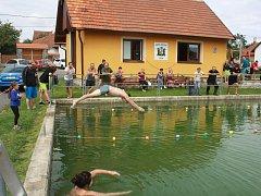 V Jívoví se uskutečnily premiérové plavecké závody, k radosti domácího publika zvítězil v mužské kategorii místní Josef Láznička.