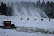 Členové sportovního klubu potřebují ještě týden mrazů, aby mohli zásobník naplnit.