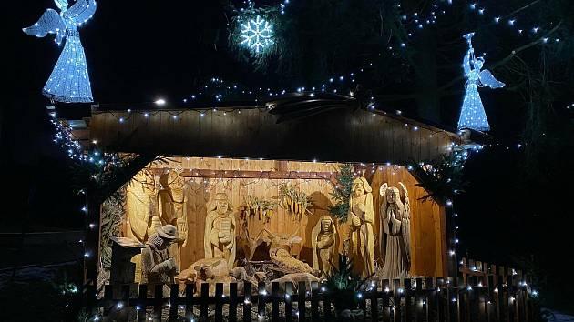 Vánoční strom a ručně vyřezávaný betlém v životní velikosti v Sazomíně