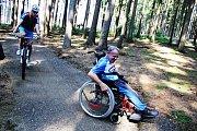 Ve Vysočina Areně v Novém Městě na Moravě najdou příznivci horských kol singletracky. Jedna z tratí je na míru šitá handicapovaným.