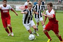 Fotbalisté Bystřice (v červených dresech) v probíhající sezoně prestižní zápasy zvládají. Porazili extřetiligový Žďár a včera uspěli i v dohrávce na horké půdě Vrchoviny.