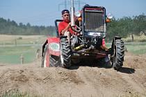 Traktorfest je určen především pro příznivce zemědělské techhniky. Mimo vystavené stroje v depu lidé viděli také předvádění a zápolení traktorů a fréz tovární i domácí výroby.