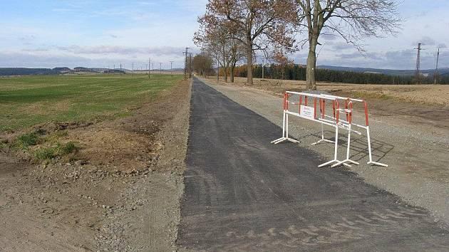 Cyklostezka u Bystřice už má hotový asfaltový povrch.