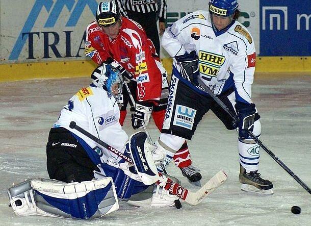 Druholigoví hokejisté Velkého Meziříčí (v bílém) nebudou na zápas s Milevskem vzpomínat v dobrém.