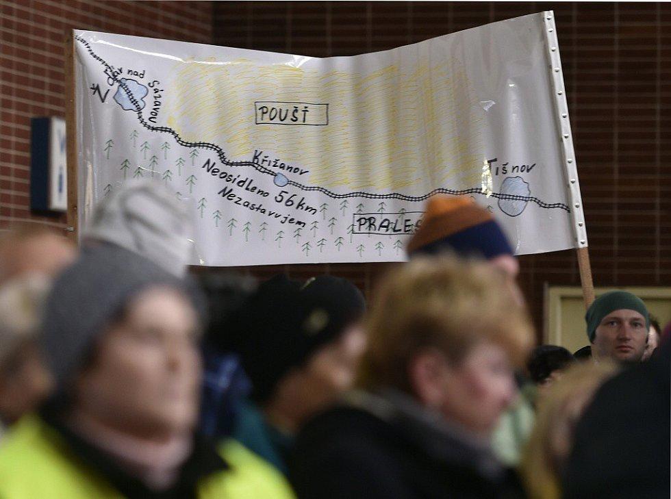 Lidé v Křižanově na konci loňského roku demonstrovali za obnovení zastávek rychlíků.