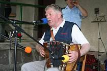 Vladimír Zítka z Rozsoch s heligonkou procestoval nejen Českou republiku. Velmi rád vzpomíná třeba na koncerty v Rumunsku. Dvacátého  března si zahraje v Blažkově.