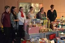 Zaměstnanci firem Teleflex a Sodexo nakoupili dárky pro děti ze sociálně slabých rodin.