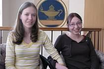 Studentky žďárské zdravotnické školy Iveta a Lenka Jelínkovi (zleva) pomohly ve středu ráno společně se svými dvěma kamarádkami Petrou Odvárkovou a Světlanou Brona sedmnáctileté dívce.