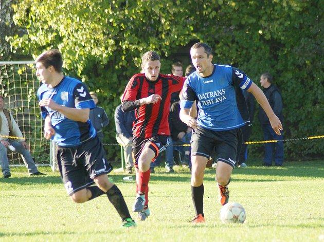 Fotbalisté Herálce (v modrém).