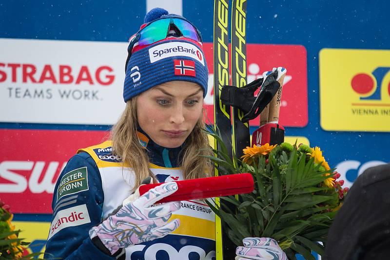 Ohlédnutí za Zlatou lyží 2020. Vítězka Therese Johaugová po stíhacím závodě žen na 10 km klasicky v rámci Světového poháru v běhu na lyžích.
