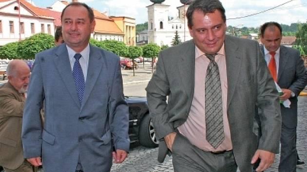 Jiří Paroubek v Bystřici se starostou Pačiskou (vlevo).