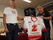 Součástí charitativní akce Plameny hrají pro věž byla také dražba speciálně vyrobeného dresu hokejistů Žďáru, který byl představen na předsezonní tiskové konferenci.