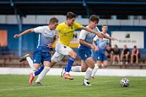 Hodně solidní výkon podali v souboji s druholigovou FC Vysočina (ve žlutých dresech), i přes konečnou porážku 0:4, fotbalisté Slavoje Polná (v modrobílém).