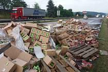 Řidič poškozené nákladní soupravy pokračoval v jízdě.