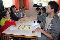 Úctyhodných devadesát lidí se v sobotu v Jívoví zúčastnilo turnaje ve hře Člověče, nezlob se. Prvotní prohrou se nenechaly odradit jedenáctiletá Sabina Čechová (vlevo vpředu) a třiadvacetiletá Nina Šulcová (vpravo uprostřed).