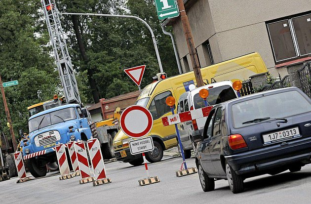 Neukáznění řidiči projíždějí ve Žďáře ulicí Smetanova i přes zákaz. Ten platí pro jeden jízdní pruh.