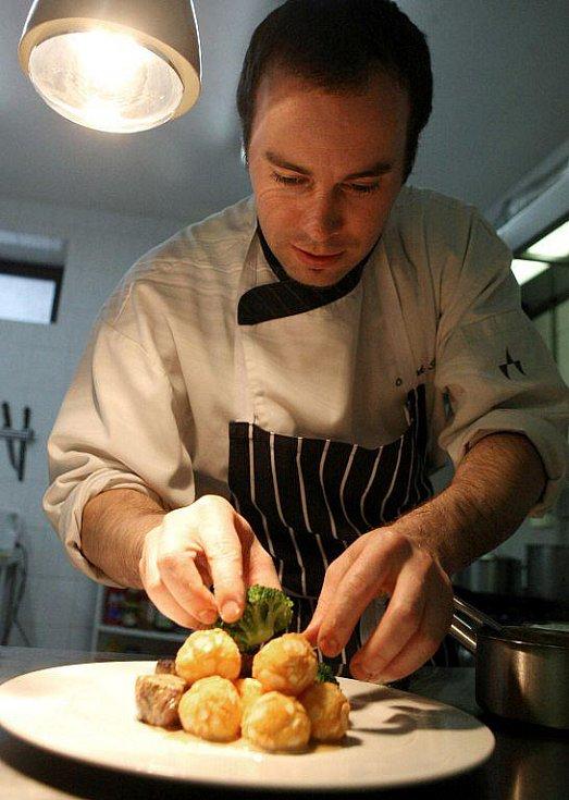 Čerstvé suroviny, bylinky a snaha nepoužívat žádné chemické přísady a dochucovadla charakterizuje pokrmy od Miroslava Hoška, kuchaře provozujícího v Cikháji svoji restauraci Tisůvka.