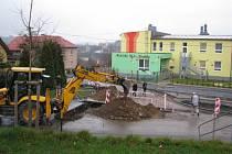 Stavební úpravy v Zahradní ulici před mateřskou školkou Korálky, které mají lokalitu zpřehlednit a zajistit větší bezpečnost chodcům, se chýlí ke konci.