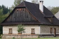 Mezi architektonické skvosty Žďárských vrchů patří roubenka číslo popisné 37 v osadě Zadní Chobot v katastru obce Kuklík.