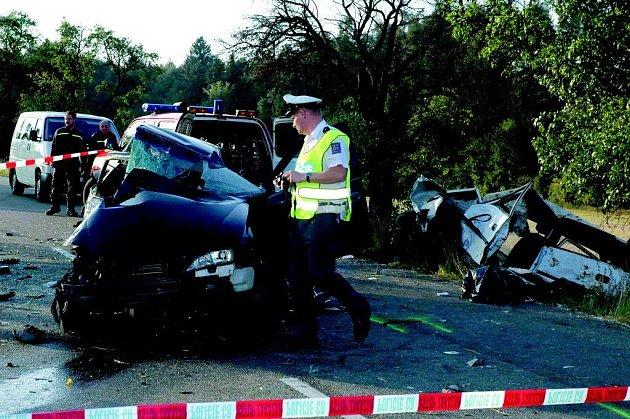 U Domašova vyhasly v pátek tři lidské životy po srážce tří aut. Nejpravděpodobnější příčinou nehody je nebezpečné předjíždění v nepřehledném úseku silnice.