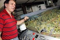 Svět modelové železnice má Radislav Wimmer na půdě svého domu ve žďárské ulici Smetanova.