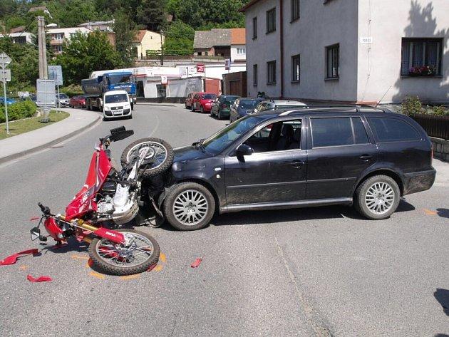 Ke střetu Škody Octavia a motocyklisty došlo v úterý odpoledne ve velkomeziříčské ulici Poříčí.