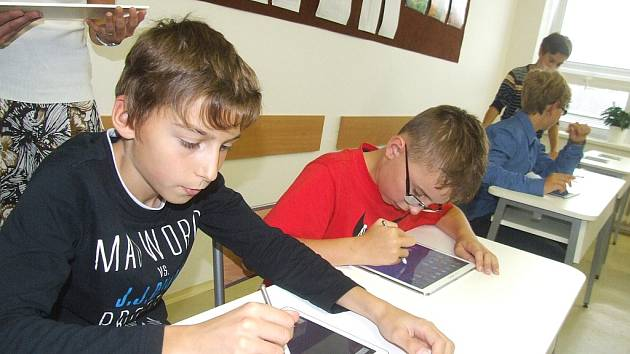 V nové učebně teď žďárští studenti pracují s dotykovými technologiemi.