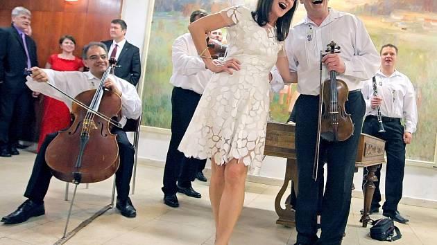 Hosté v zaplněném Domě kultury ve Žďáře nad Sázavou si v sobotu večer užili ples V Žitě.