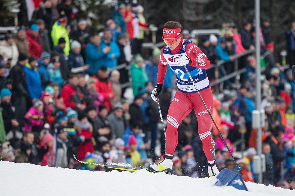 Natalia Nepryaevová ve stíhacím závodě žen na 10 km klasicky v rámci Světového poháru v běhu na lyžích.