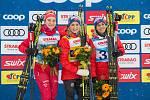 Zleva druhá Natalja Něprjajevová z Ruska, první Therese Johaugová z Norska a třetí Heidi Wengová také z Norska v závodu žen na 10 km volně v rámci Světového poháru v běhu na lyžích.