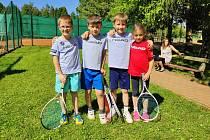 Úspěšní žďárští mini tenisté. Zleva: Jakub Hromádka, Jan Zíta, Jakub Fiala a Ema Pelikánová.