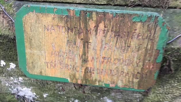 Pomník ukazuje místo, kde hrabě Mitrovský tři srnce skolil jednou ranou