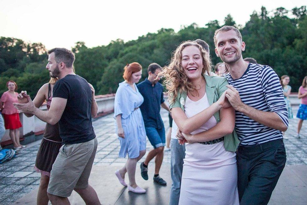 Petr Zavadil, jeden z organizátorů (vpravo) s partnerkou na jedné z pražských swingových tančíren. Tanec byl pro něj bariéra, než poznal swing