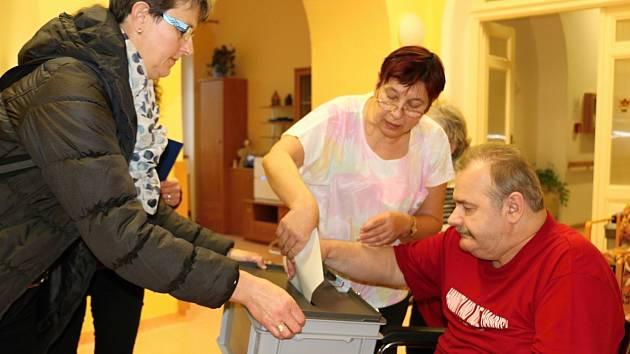 Klienti Domova pro seniory Mitrov měli o volby velký zájem.