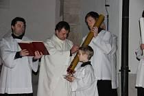 Začátek velikonoční vigilie před žďárským kostelem svatého Prokopa.