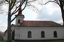 Původní kaple v Nové Vsi byla mnohem menší. Rozšíření se dočkala v šedesátých letech minulého století, kdy se její součástí stalo hasičské skladiště.