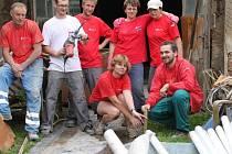 Čtyři dobrovolníci a pracovnice Oblastní charity Žďár nad Sázavou včetně dvoučlenného týmu z Blanska pomáhali v povodní stiženém Hoříně na Mělnicku. Kromě úklidu i s těžkými zednickými pracemi, zejména v místní truhlářské firmě.