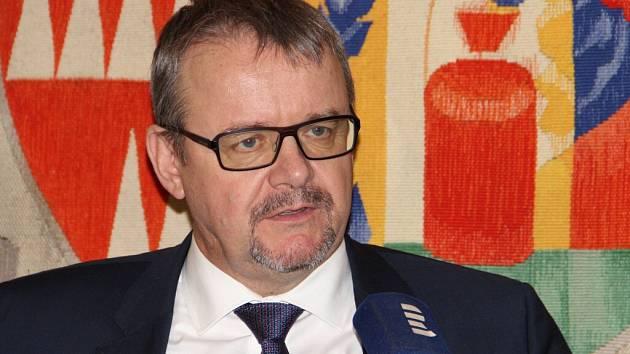 Žďár byl jedním z měst, kam včera v rámci návštěvy Kraje Vysočina zavítal ministr dopravy Dan Ťok. Vedení radnice mu přiblížilo některé konkrétní problémy spojené s dopravou ve městě, poté absolvoval besedu s veřejností.