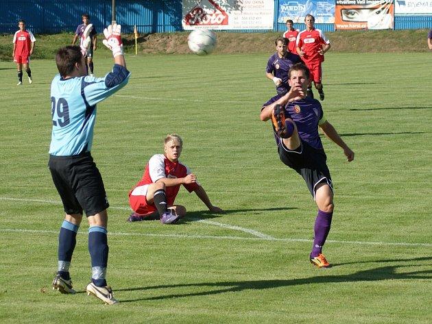 Běží 33. minuta derby s Pelhřimovem, novoměstský špílmachr Lukáš Michal (vpravo) přehazuje po zaváhání hostujícího stopera vyběhnuvšího gólmana Moravce. Branka na 2:1 se posléze ukázala jako vítězná.