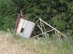 Takto dopadlo jeden z celkem třinácti poškozených mysliveckých zařízení u Velké Bíteše. Neznámý pachatel je podřezal motorovou pilou.