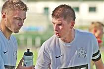 Kromě krátkého působení v nižší rakouské soutěži je kariéra Jakuba Šindelky (vpravo s kapitánskou páskou) v dospělé kategorii spjatá výlučně s černobílými barvami FC Žďas Žďár.